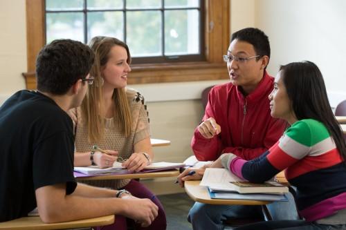 学生们在教室里一起工作的照片